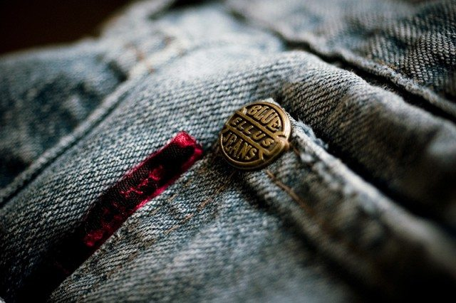 Closeup_of_copper_rivet_on_jeans