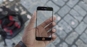 This Guy Tries His Hardest to Break the iPhone 6 Screen, Nothing Happens