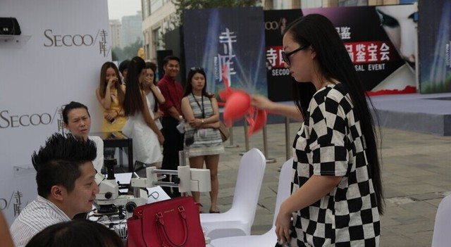 Woman Who Doubts Man's Ability to Identify Luxury Brands Takes Off Her Bra to Test Him