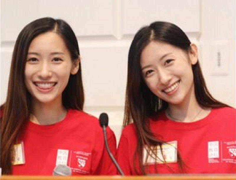Chinese Twins Become Internet Famous After Finishing Harvard