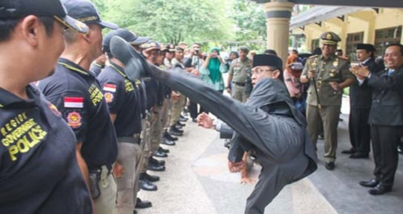 local officers kicked in the chest by indonesian mayor