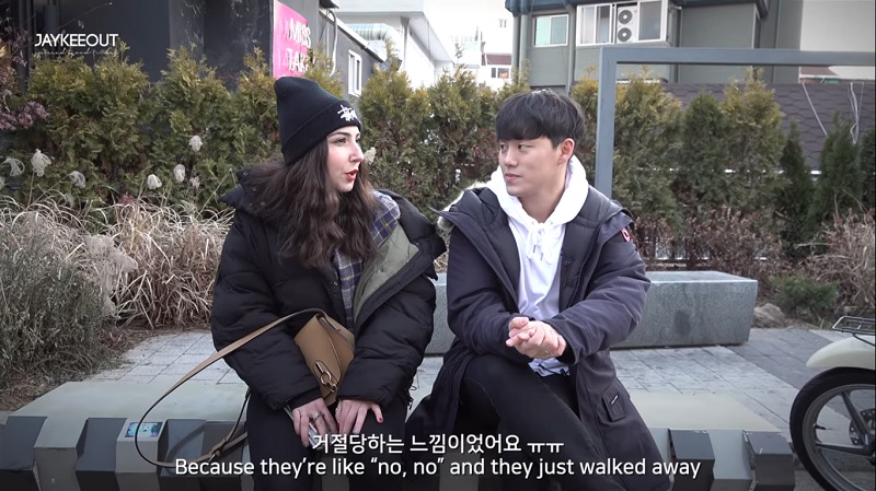 A foreign woman took to the streets of Itaewon in Seoul, South Korea to casually chat with random strangers, stunning them with her perfect grasp of the Korean language.