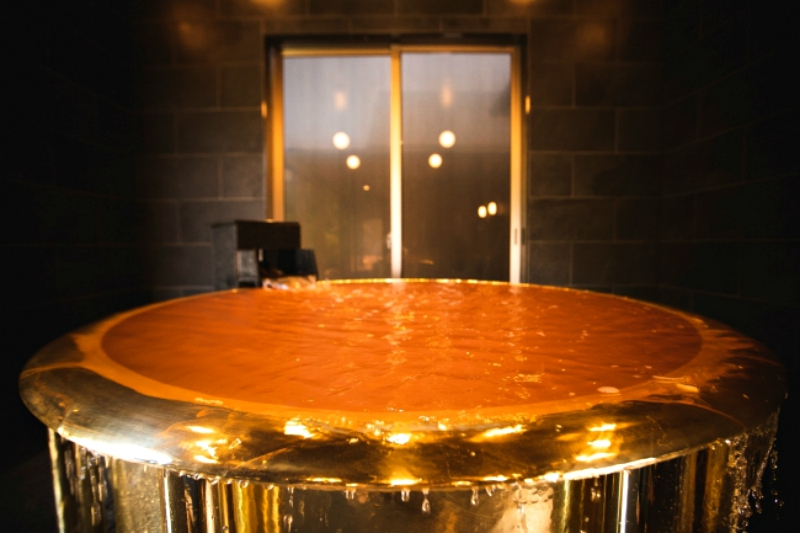 A golden bath tub in southern Japan has been recognized as the world's heaviest tub by the Guinness World Records.