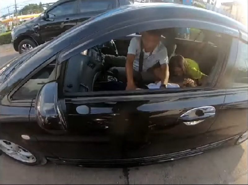A Thai biker is being applauded online for his heroic deed when he helped an anguished father save his daughter after she suffered an epileptic seizure inside their car in a traffic jam.