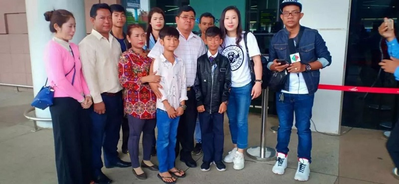 The 14-year-old super talented, multilingual Khmer street vendor, Thuch Salik, who can speak 15 languages, is now one step closer to his dream of studying in China and soaking in the Chinese culture thanks to a very generous Cambodian businessman.