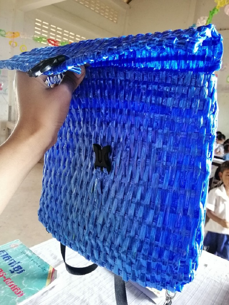 A Cambodian father has gone viral online for his amazing creativity and heartwarming gesture when he created a bag for his son out of raffia string because he couldn't afford to buy him a new one.