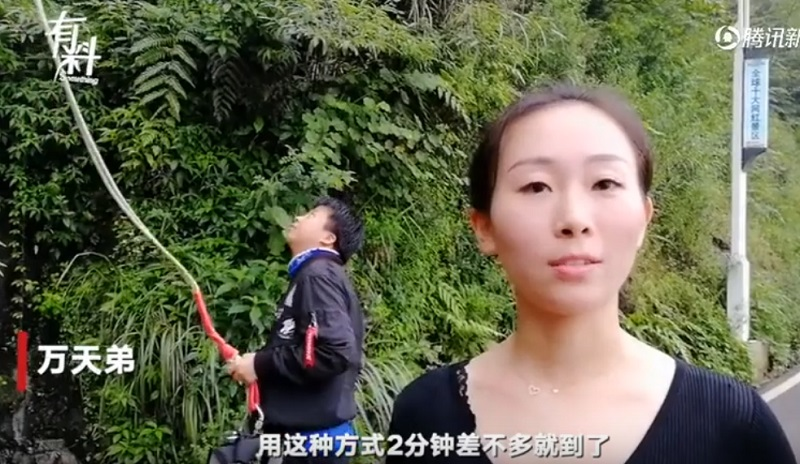 A Chinese theme park employee from Chongqing city has wowed netizens online for her unusual delivery method which involves her bungee-jumping to her destination to cut down on time.