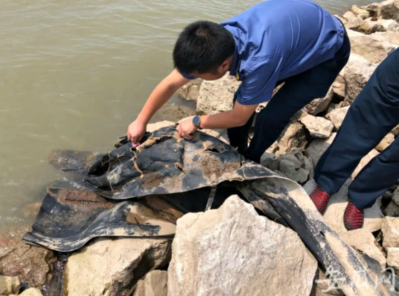 An unknown, serpent-like object slithering up the Yangtze River has social media users speculating that China may have spawned its very own Loch Ness Monster.