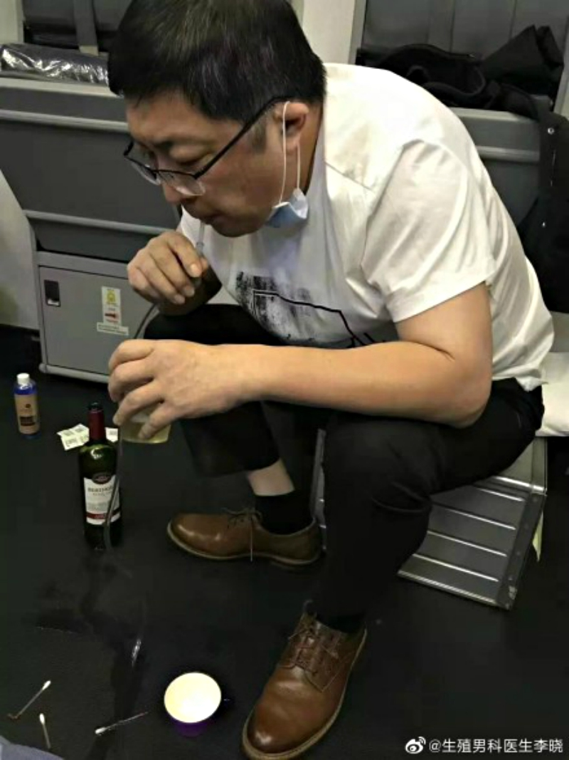 A physician from Guangdong, China has won praise on social media after sucking the urine of an elderly man suffering from a urologic symptom during an international flight.